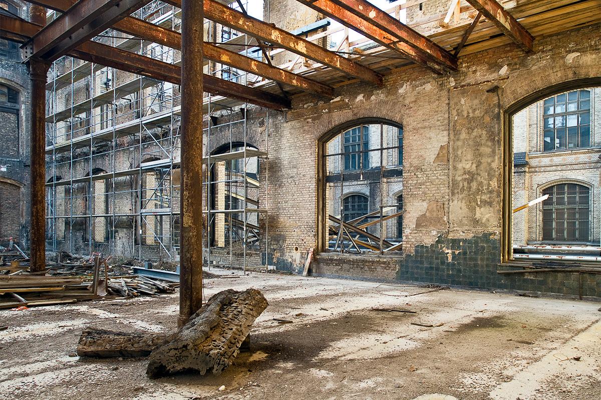 Entkernung der Ruine des Ostflügels