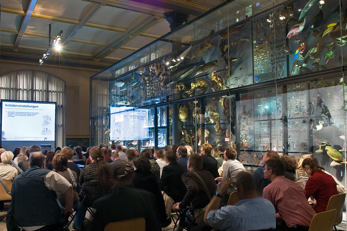 Veranstaltung vor der Biodiversitätswand im Museum für Naturkunde, Foto: (c) Carola Radke
