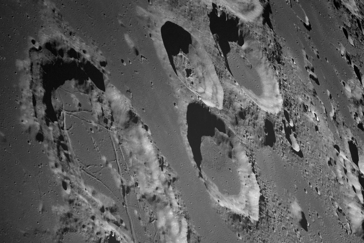 Krater auf der Mondoberfläche zeugen von vergangenen Einschlägen. Foto: NASA/JSC