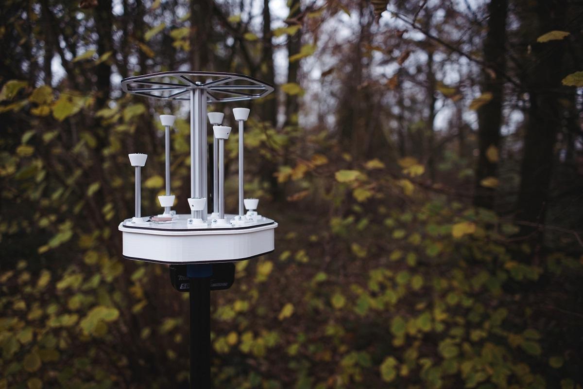 Das mobile akustische Sensorsystem erfasst automatisch Tierlaute in der Umwelt. Die Daten können mobil und in Echtzeit ausgewertet und grafisch aufbereitet werden. Foto: Hannes Kalter/Frauenhofer-Institut für Digitale Medientechnologie Oldenburg