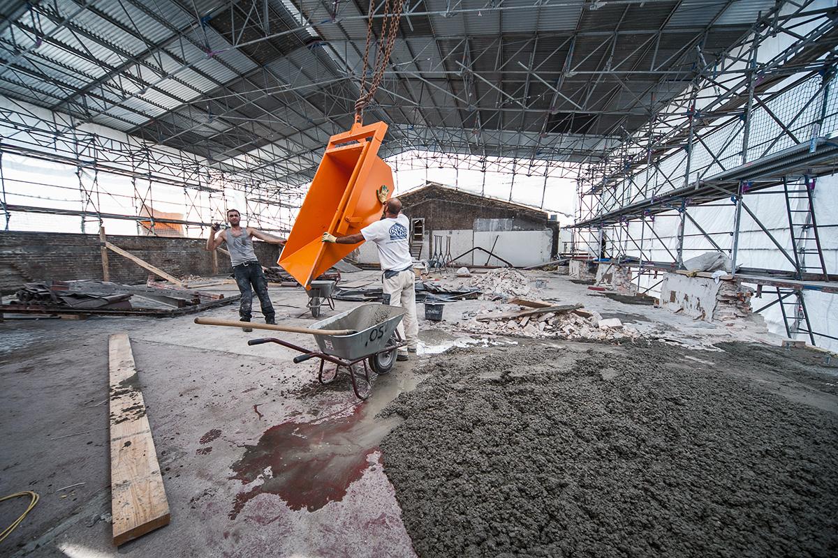 Aufbau des Daches über dem Karbonsaal, Bauarbeiter bei der Arbeit