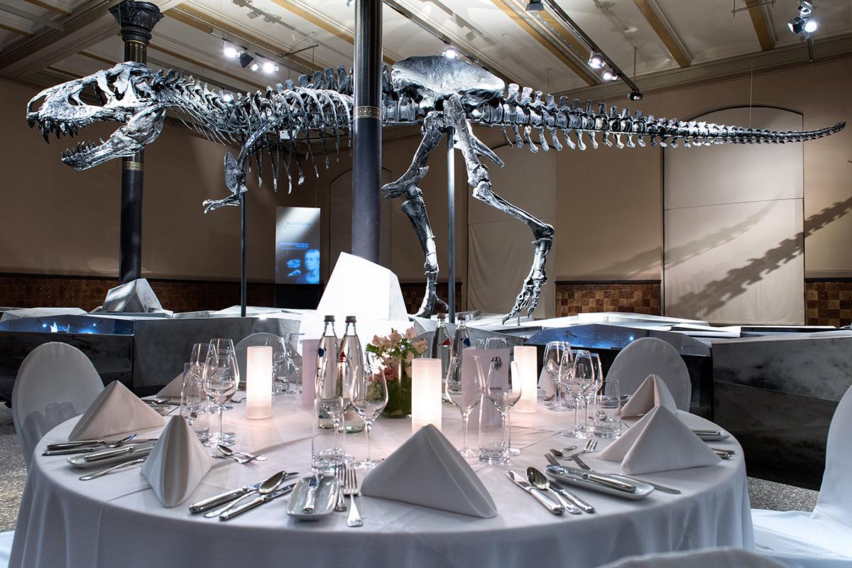 """Galadinner mit T.rex im Ausstellungssaal """"Tristan - Berlin zeigt Zähne"""", Foto: Hwa Ja Götz/MfN"""