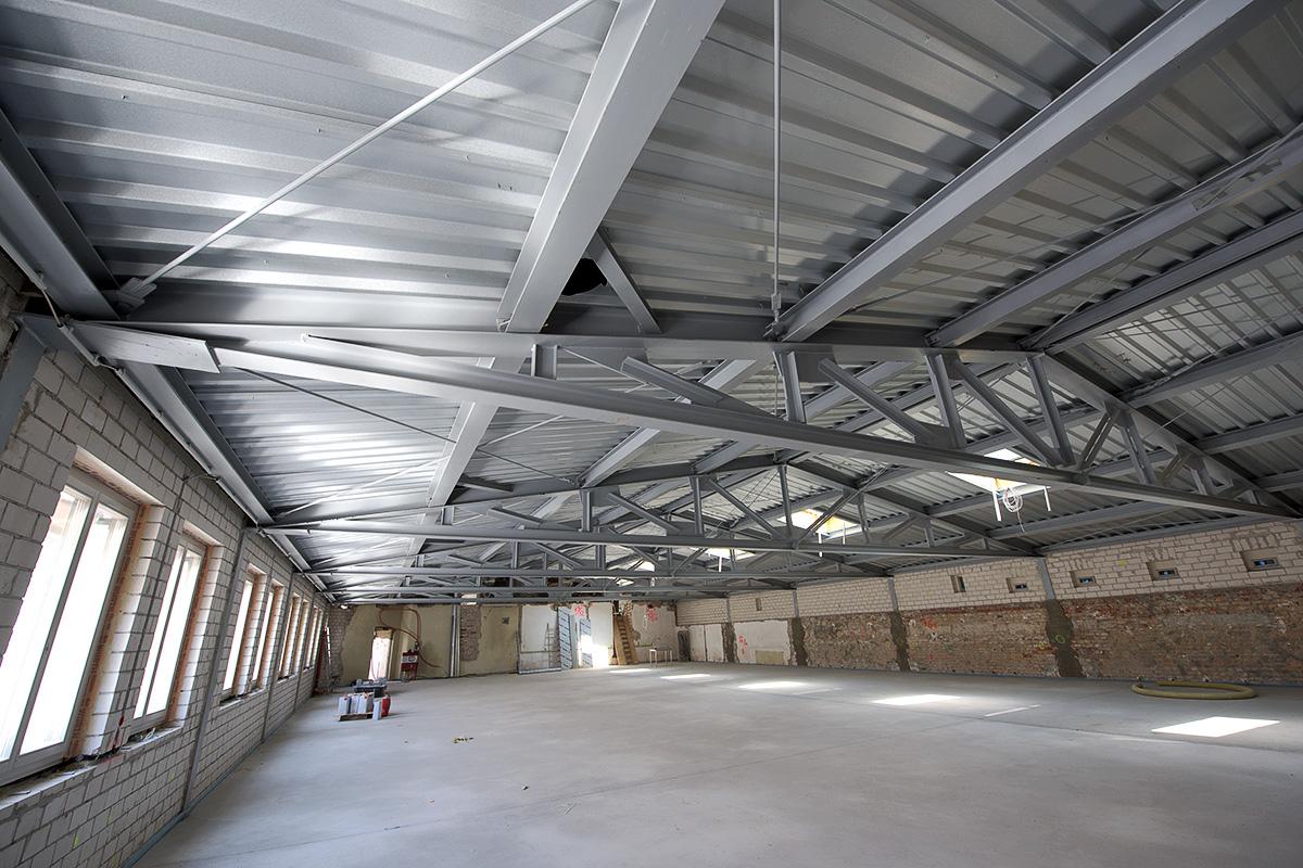 Stahlbinder im Dach des Mittelflügels