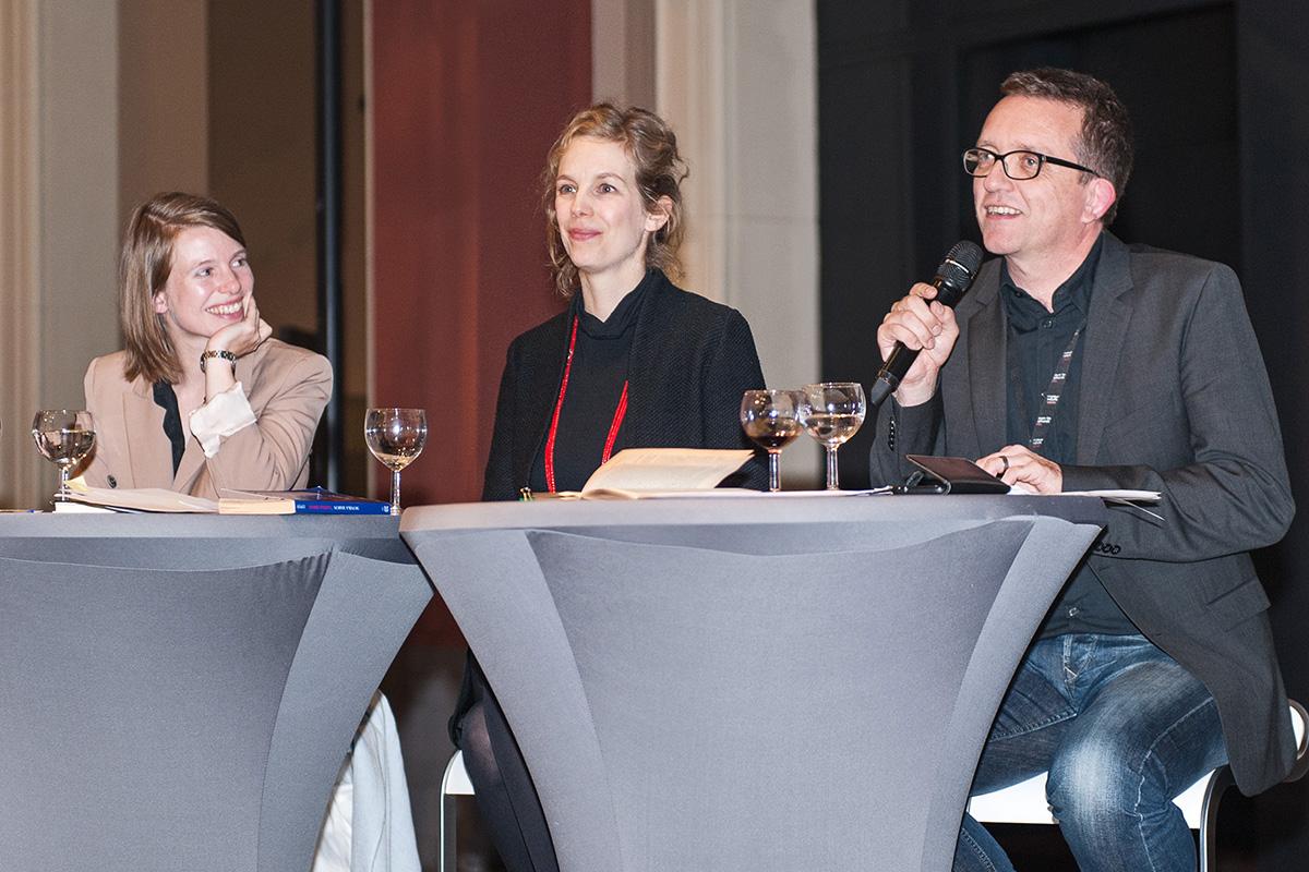 Mareike Vennen, Ina Heumann und Michael Ohl moderieren im Dinosauriersaal