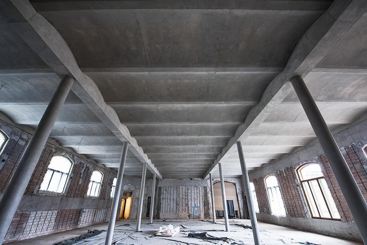 Karbonsaal vor Auftrag des Lehmputzes, Leichtbetondecke fertig gestellt