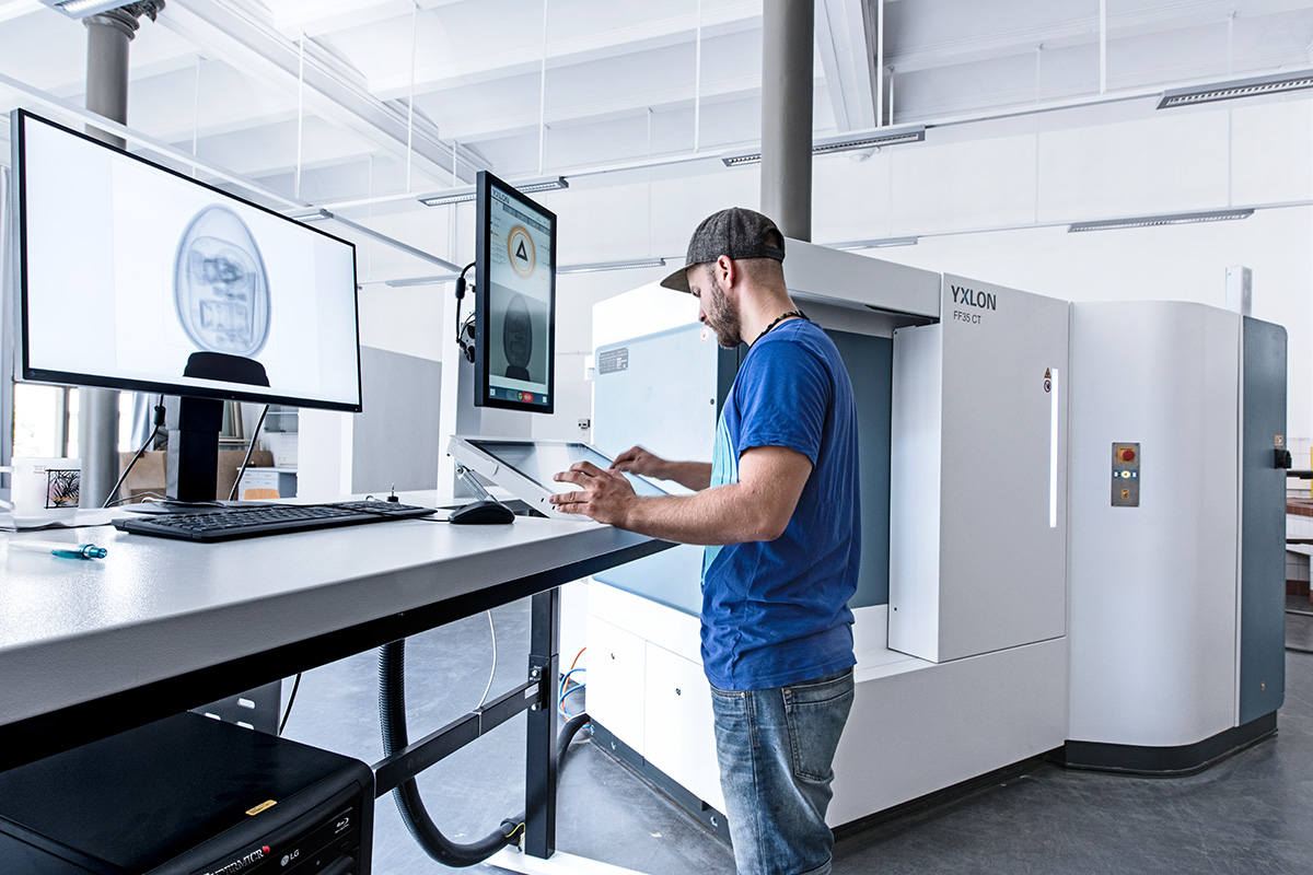Mitarbeiter Martin Kirchner arbeitet am Computertomografen  im neuen CT Labor