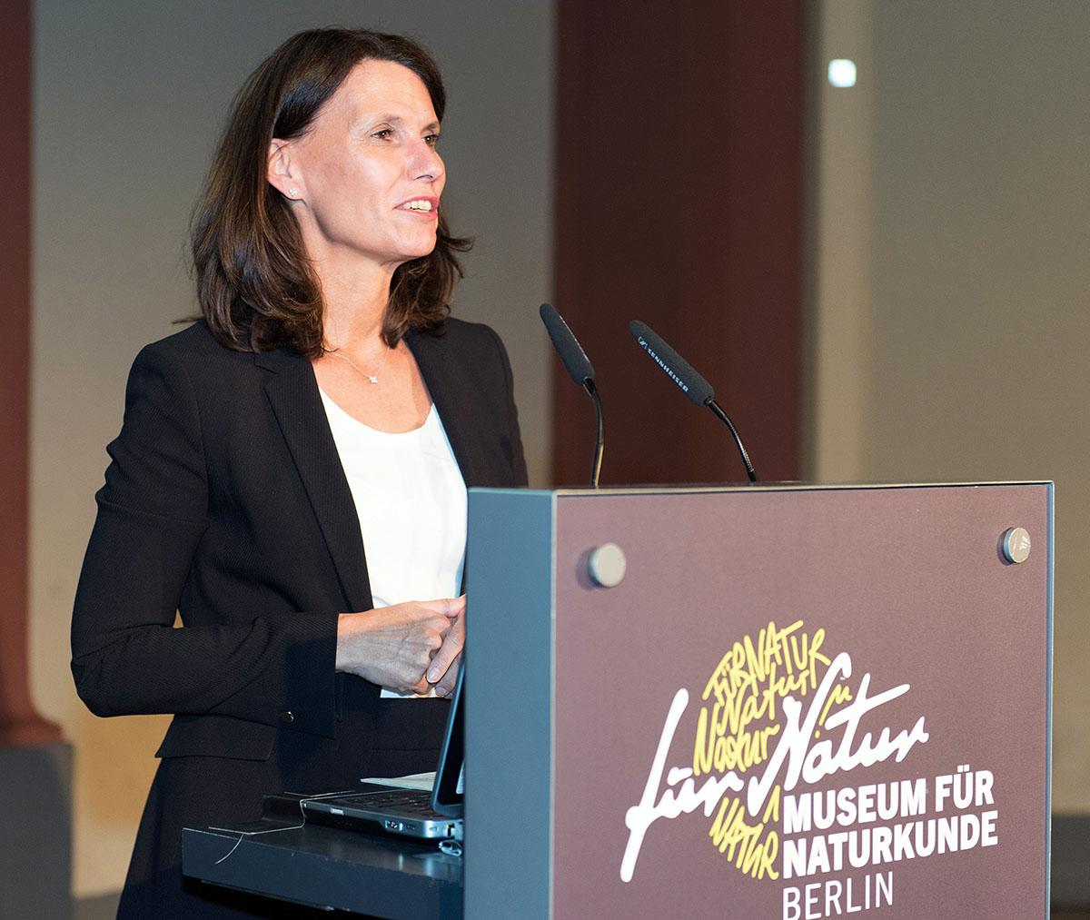 Parlamentarische Staatssekretärin des Bundesministeriums für Umwelt (BMU), Rita Schwarzelühr-Sutter auf dem Podium, Foto: Hwa Ja Götz, MfN