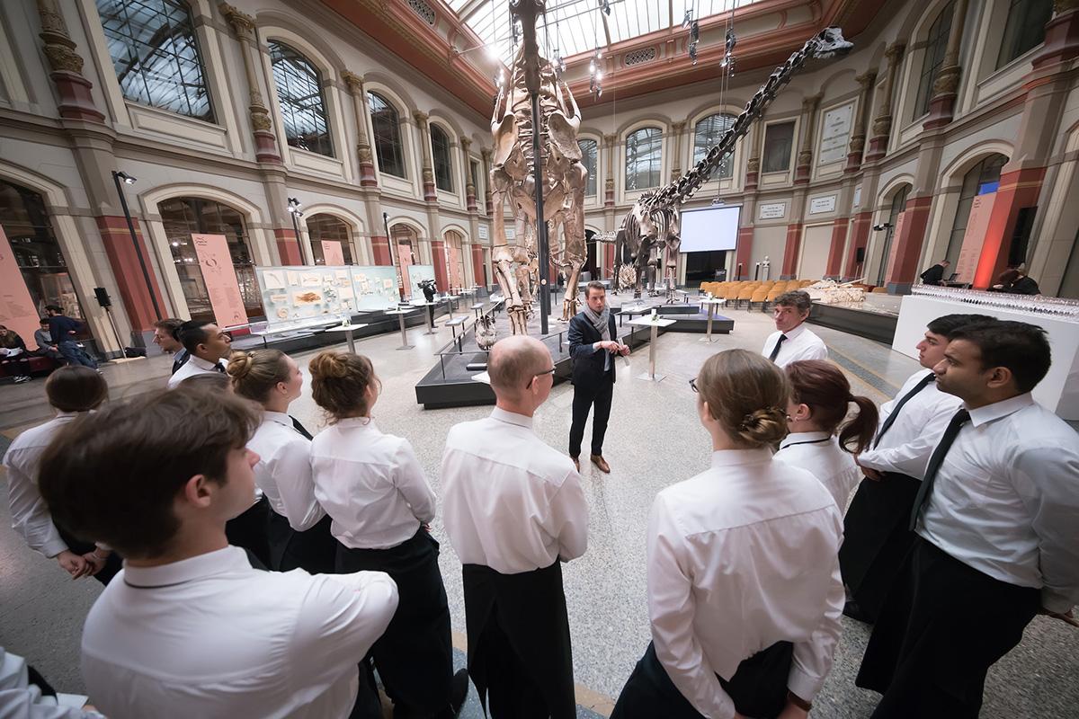 Servicepersonal beim Briefing kurz vor einer Veranstaltung im Sauriersaal, Foto: CHL Fotodesign/ Christian Lietzmann