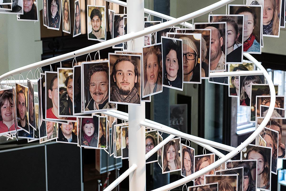 Das Foto zeigt die Doppelhelix-Installation mit Porträtfotografien