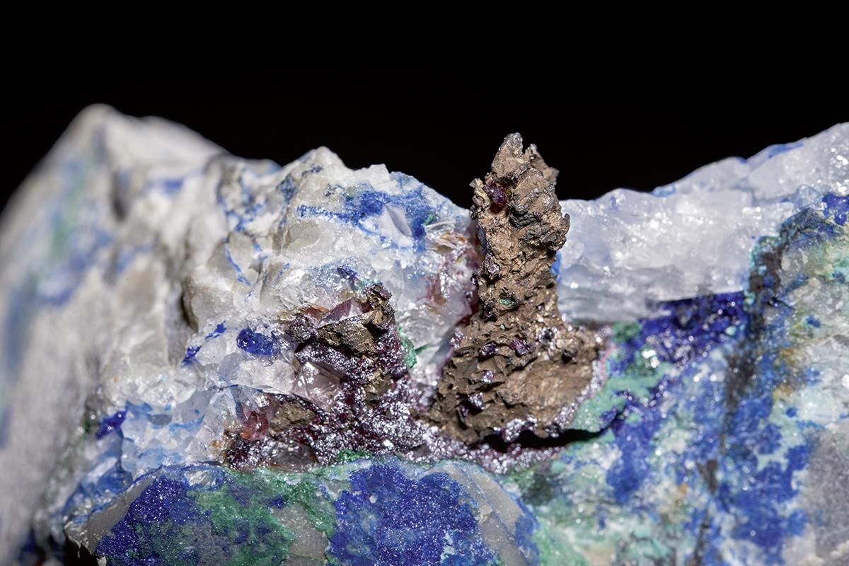 Gediegen Kupfer mit Cuprit auf Azurit und Malachit führendem Quarz, Smeinogorsk (Schlangenberg), Altai, Russland, gesammelt von Gustav Rose auf der Russischen Reise 1829