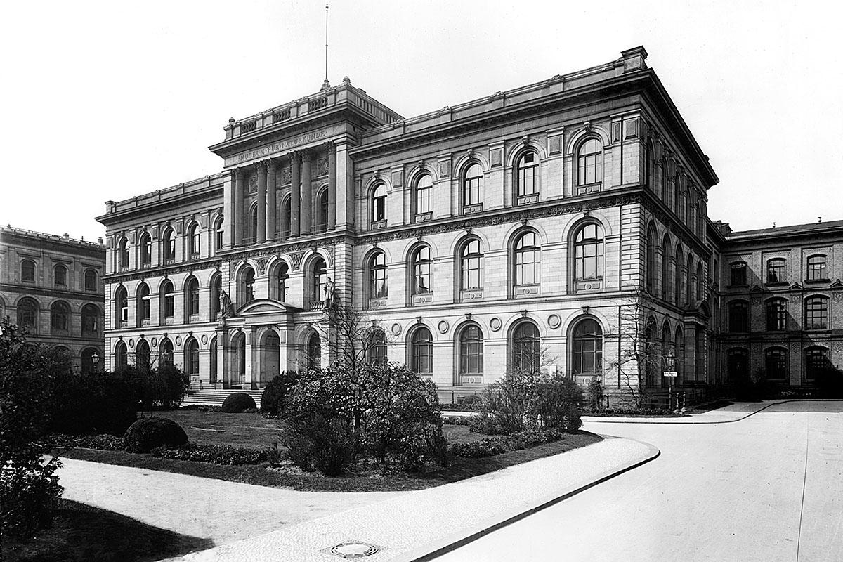 Das Foto zeigt die Fassade des Museums für Naturkunde Berlin um 1906.