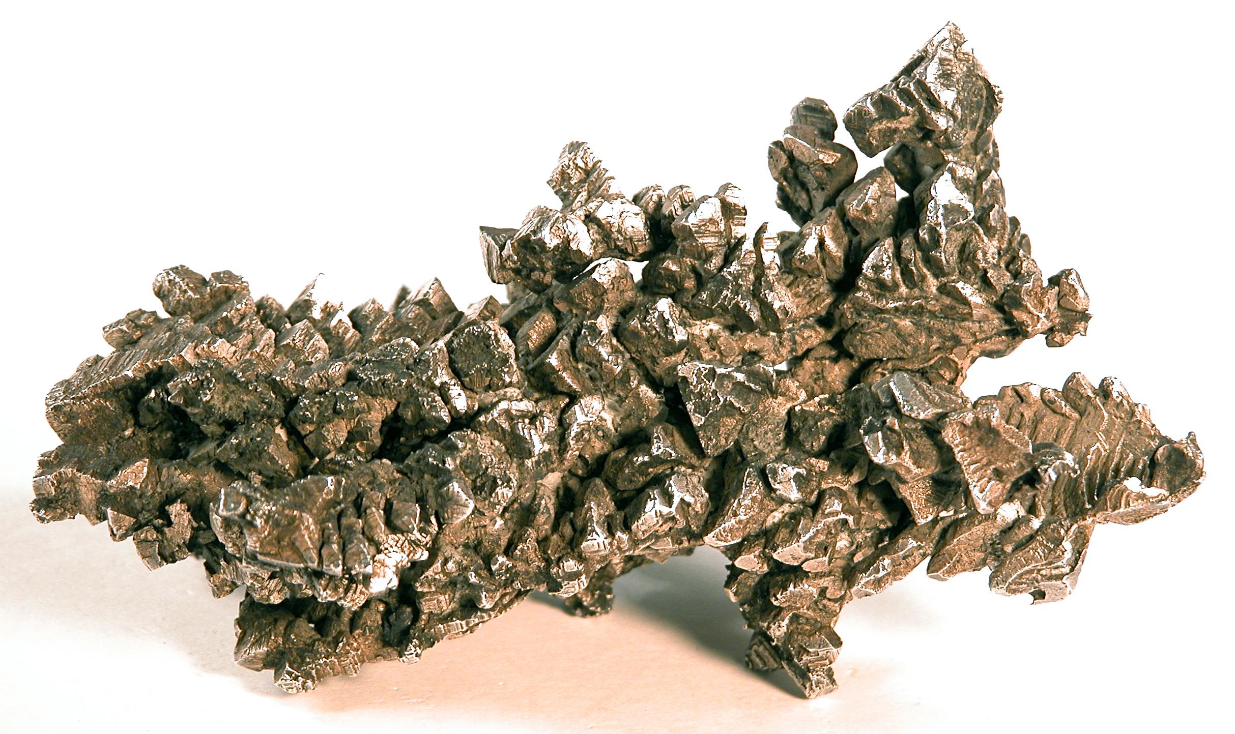Das Foto zeigt eine Stufe von kristallisiertem Silber.