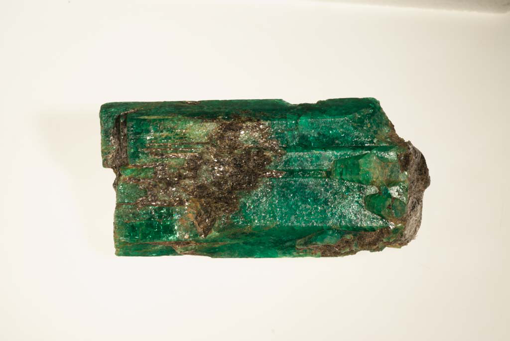 Das Foto zeigt die Smaragd-Stufe, welche Alexander von Humboldt der Mineraliensammlung schenkte