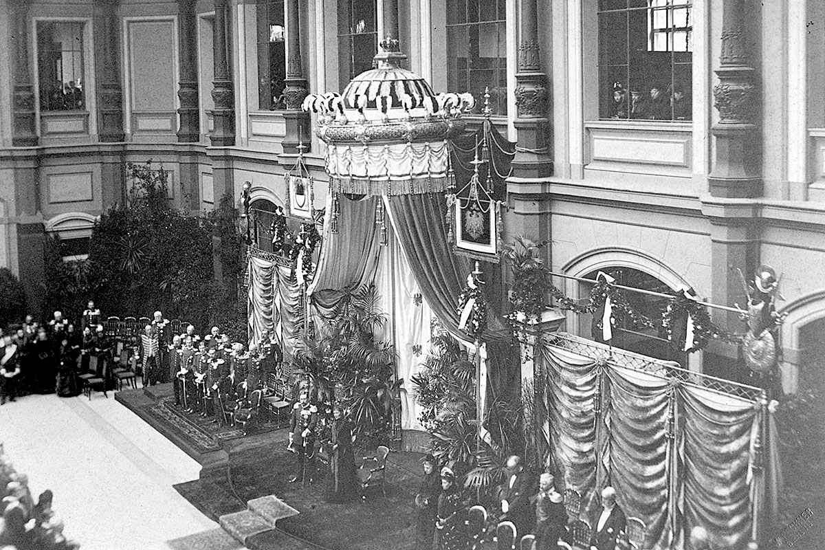Das Foto zeigt die Eröffnung des Museums für Naturkunde Berlin am 2.12.1889 durch das Kaiserpaar im Lichthof des Gebäudes.