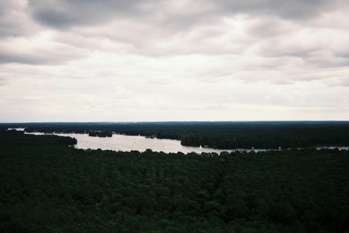Blick über Berliner Fluss- und Seenlandschaft