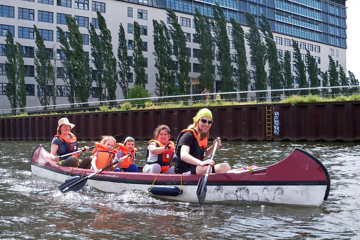 Naturentdecker - Kinder und zwei Pädagogen im Kanu auf Naturerkundung