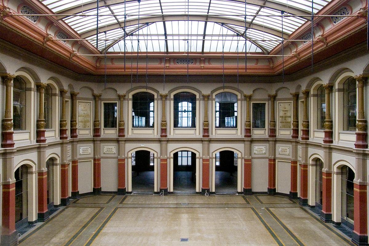 Leerer Lichthof des Museums nach der Sanierung