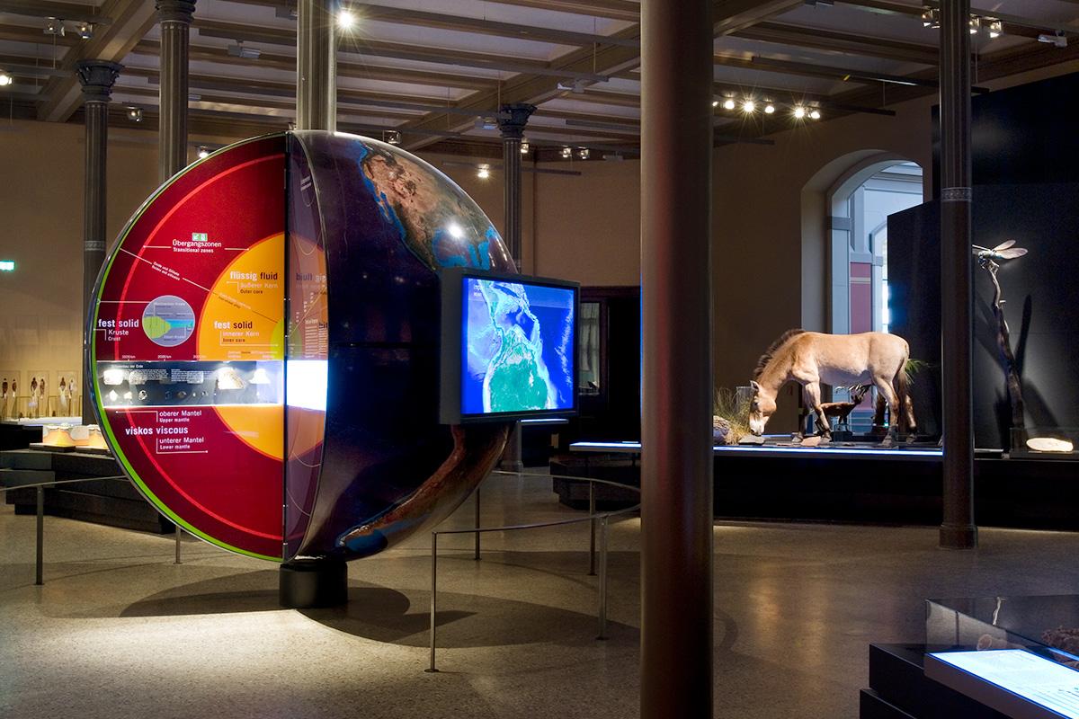 Blick in den Ausstellungssaal System Erde mit Globus und Urpferdchen