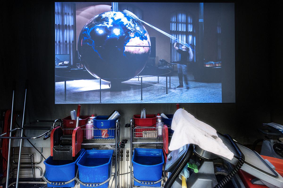 Videoinstallation mit Blick auf den Globus im Ausstellungsraum System Erde im Museum für Naturkunde.