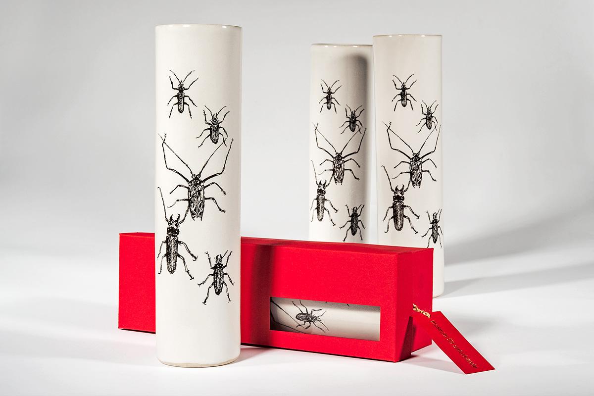 Blumenvasen mit künstlerischem Käfer-Motiv