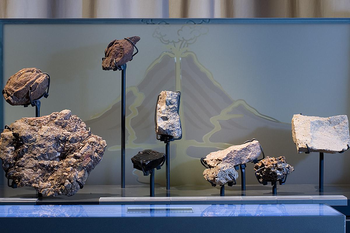 An dieser Themeninsel werden ein Schaubild zur Entstehung von Vulkanen als auch einzelne Lavabrocken gezeigt.
